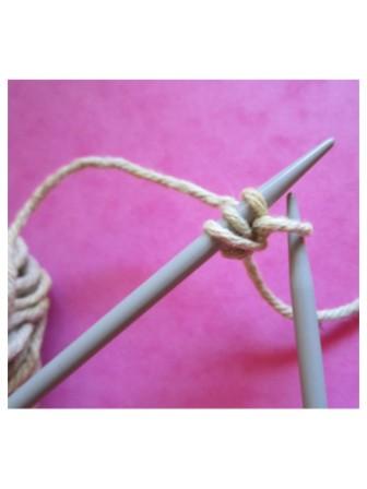 Paso 8. Saca el hilo del ovillo de entre los dos últimos puntos. Coloca el nuevo punto en la aguja izquierda. Continúa desde el paso 3 hasta tener los puntos necesarios.