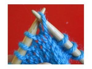 Pasar 1 punto como para trabajar del revés, con la hebra del ovillo detrás de la labor.